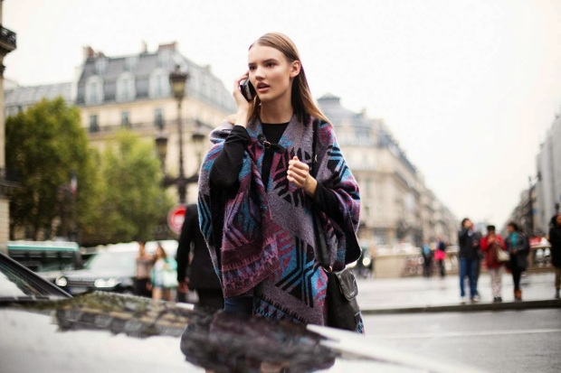 street_style_paris_fashion_week_septiembre_2014_poncho_trends fall 2014_front row blog