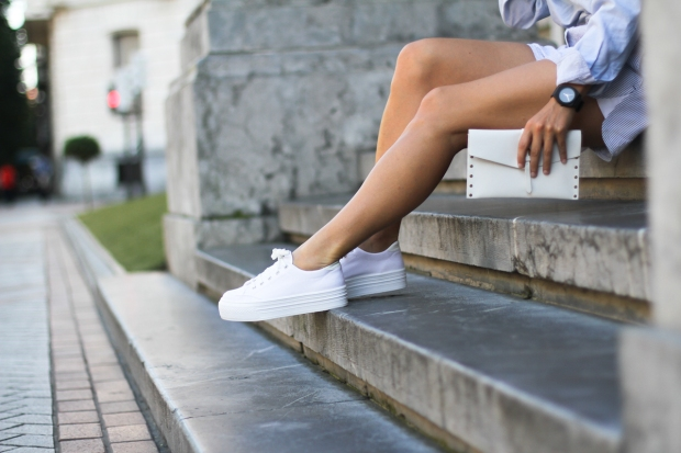 clochet-outfit-streetstyle-alexander-wang-style-shorts-blue-shirt-white-platform-sneakers